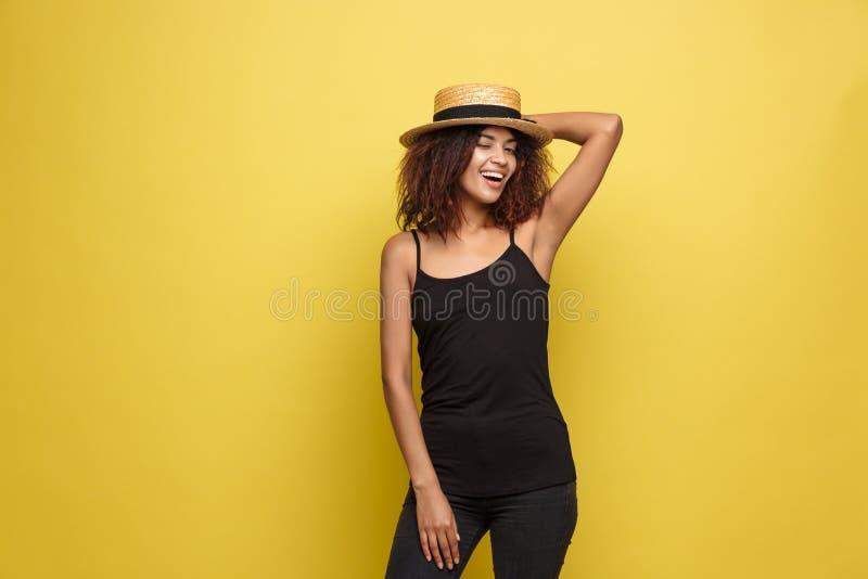 Loppbegrepp - ung härlig attraktiv glad afrikansk amerikankvinna för nära övre stående med den moderiktiga hatten som ler och royaltyfri foto