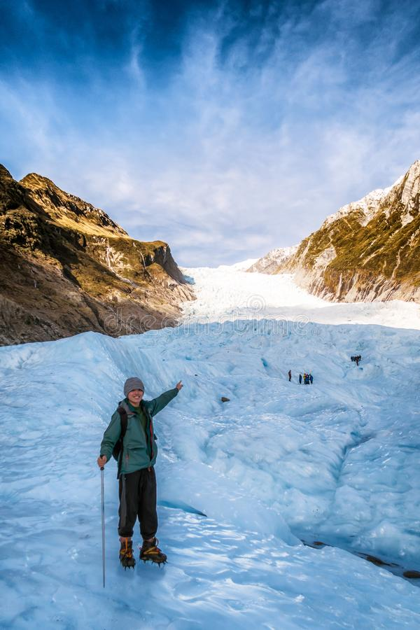 Loppbild av den unga handelsresanden som fotvandrar rävglaciären i Nya Zeeland royaltyfria bilder