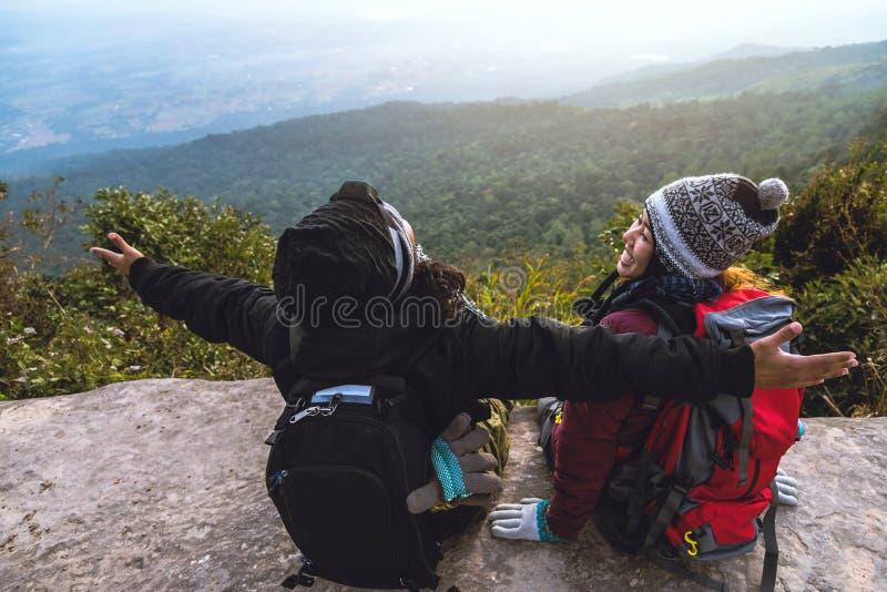 Loppet f?r v?nkvinna- och manasiat kopplar av i ferien Beundra atmosf?rlandskapet p? Moutainen Berget parkerar lyckligt I fotografering för bildbyråer