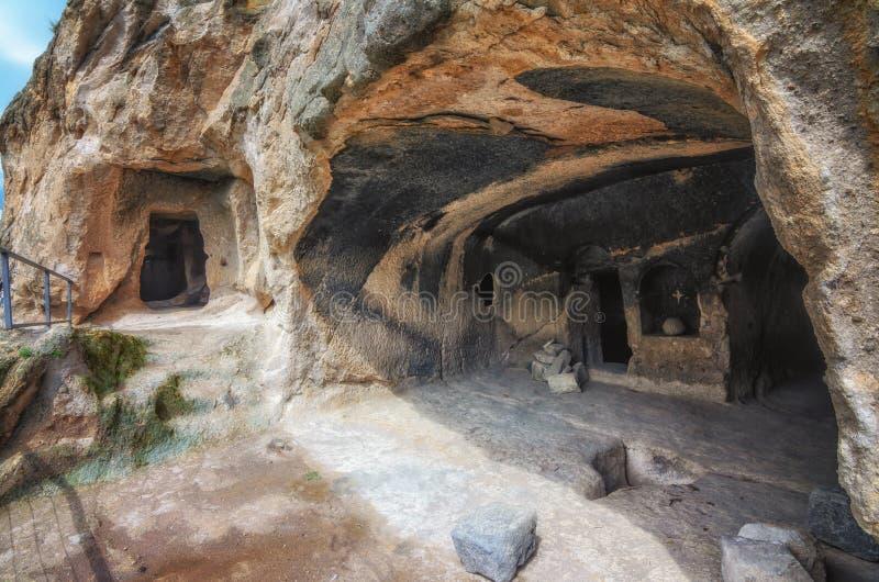 Loppet till Georgia - hyra rum i konstgjord forntida grottastad i Vardzia Mest populär georgian dragning royaltyfria foton