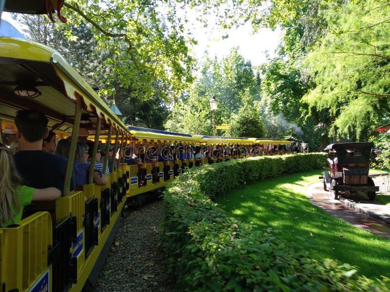 Loppet till Spanien på det gula drevet i den magiska världen av Europa parkerar, Tyskland arkivbilder