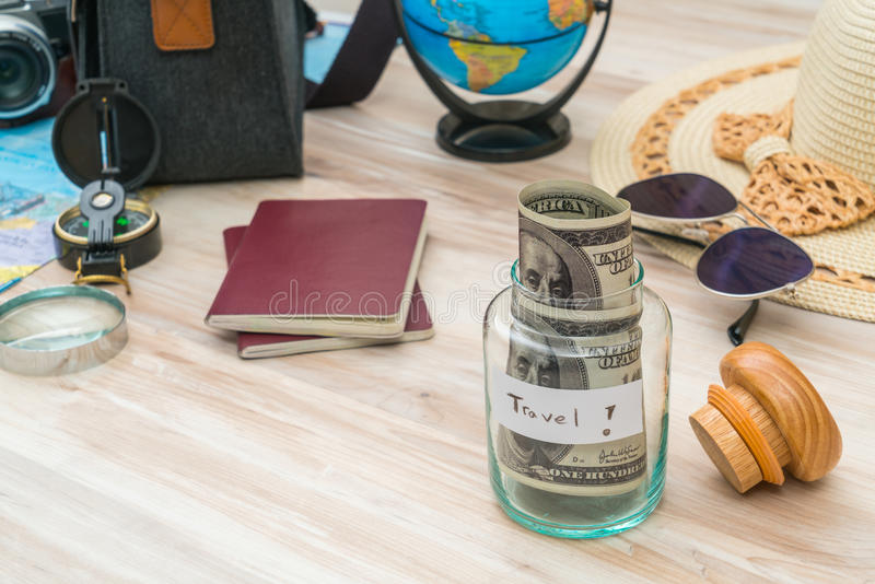 Loppförberedelse: kompass pengar, pass, färdplan, hatt, sol arkivfoton