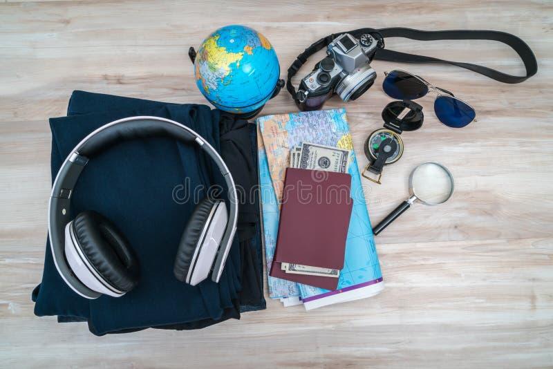 Loppförberedelse: kompass pengar, pass, färdplan, sunglas arkivbild