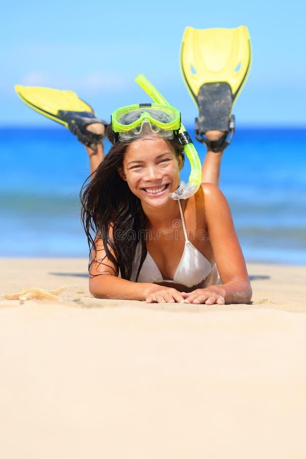 Loppkvinna på strandsemester med snorkeln royaltyfri fotografi