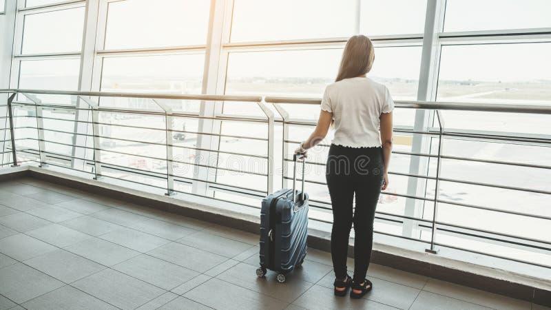 Loppkvinnor på väntande på logi för internationell flygplats royaltyfri fotografi