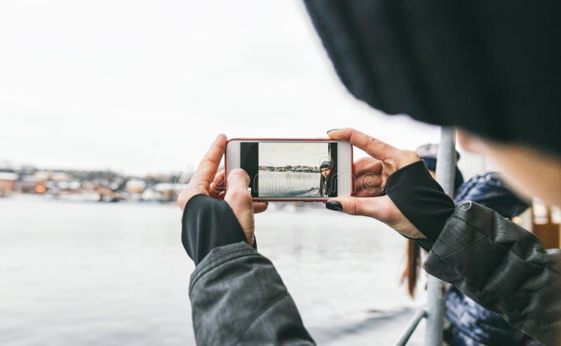 Lopplivsstil kvinna som tar den stockholm för bildflickvänskepp vintern arkivfoton