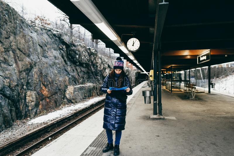 Lopplivsstil turist- kvinna Stockholm som ser plattformen för tunnelbanaöversiktsanseende fotografering för bildbyråer