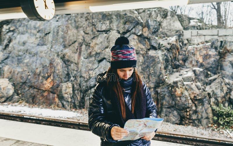 Lopplivsstil turist- kvinna Stockholm som ser plattformen f?r tunnelbana?versiktsanseende royaltyfria foton