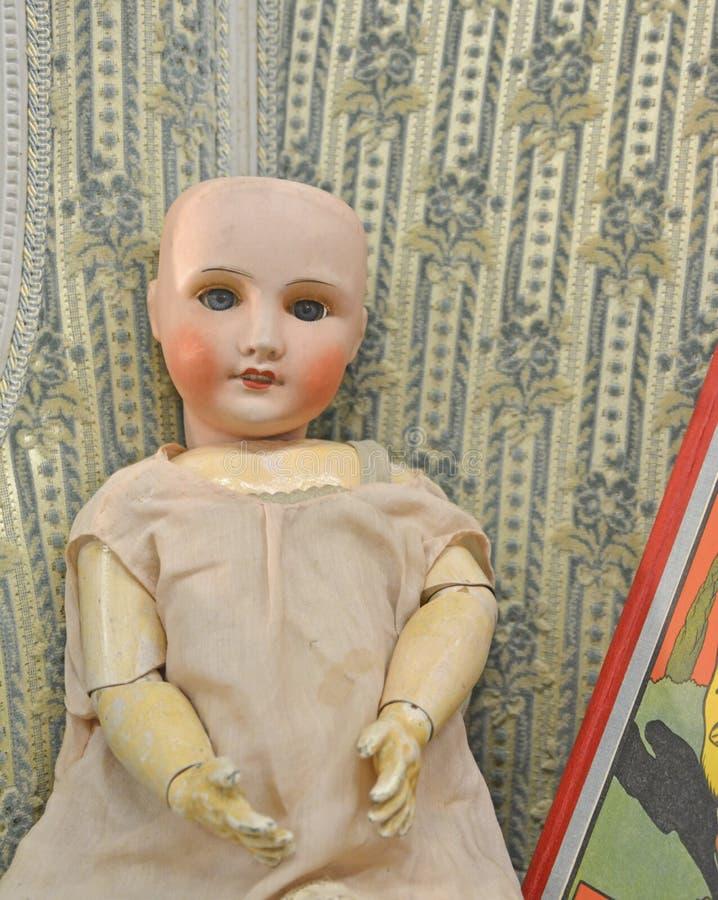 Loppmarknad gammal docka fotografering för bildbyråer