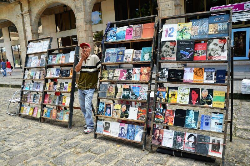 Loppmarknad i gammal havannacigarr, böcker om Che och Fidel fotografering för bildbyråer