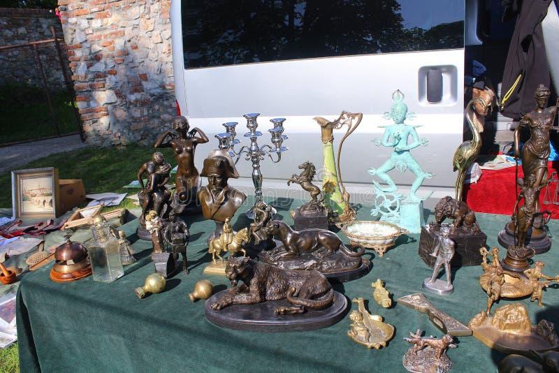 Loppmarknad - statyer och andra garneringar som där säljs som antikviteter eller kuriositeter arkivfoto