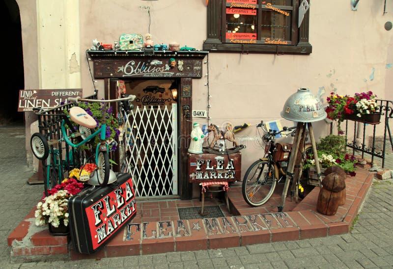Loppmarknaden shoppar med tappninggods, Vilnius royaltyfri fotografi