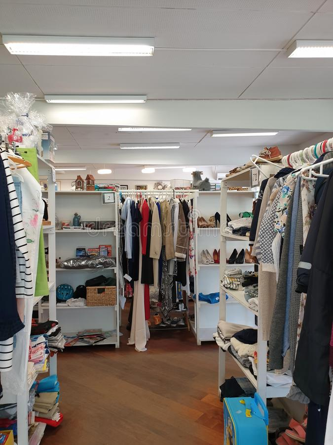 Loppmarknadinre - försäljare som säljer föregående ägde kläder, skor och hushållobjekt royaltyfria bilder