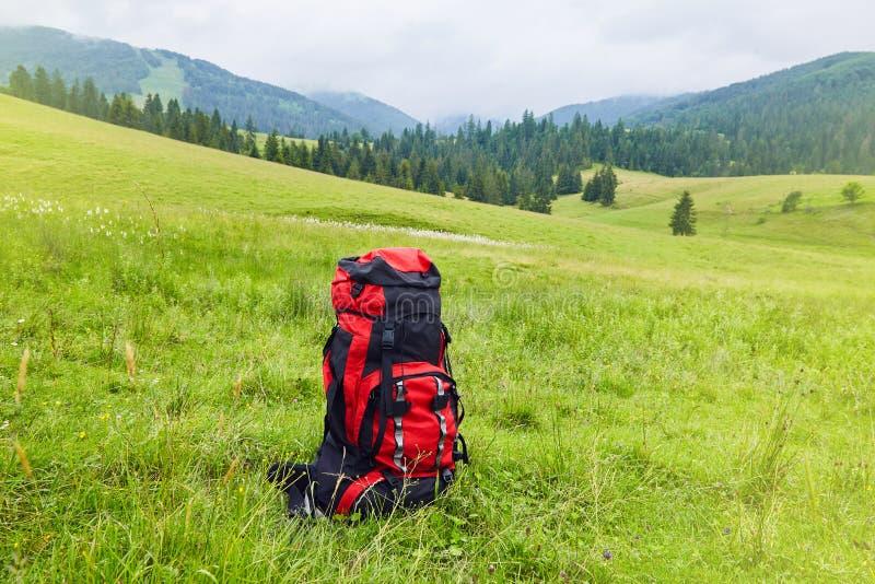 Loppryggsäck på bakgrunden för berglandskapsikt fotografering för bildbyråer