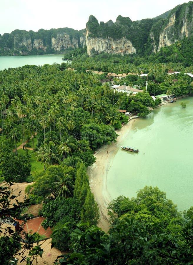 Loppsemesterbakgrund - tropisk ö med semesterortsikt från över royaltyfri fotografi