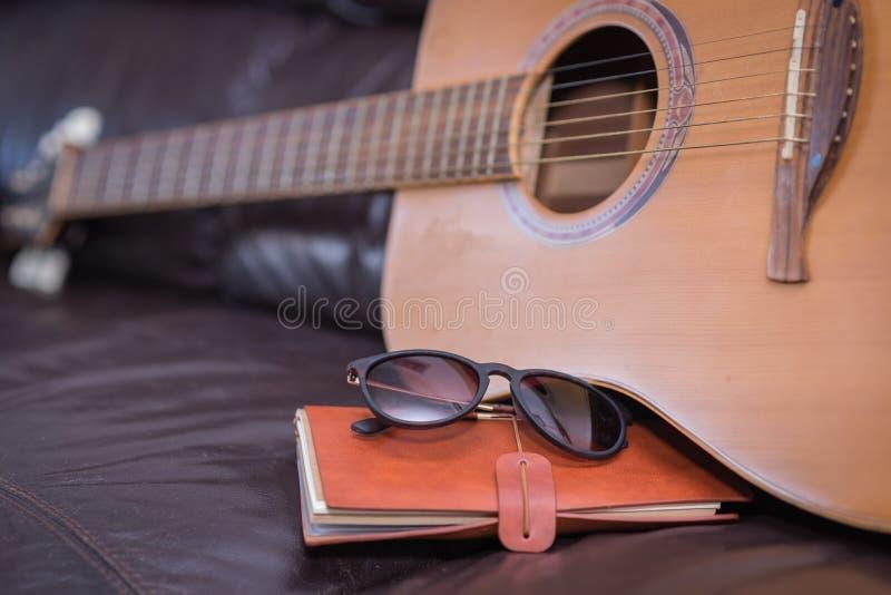 Lopptidskrift med den akustiska gitarren fotografering för bildbyråer