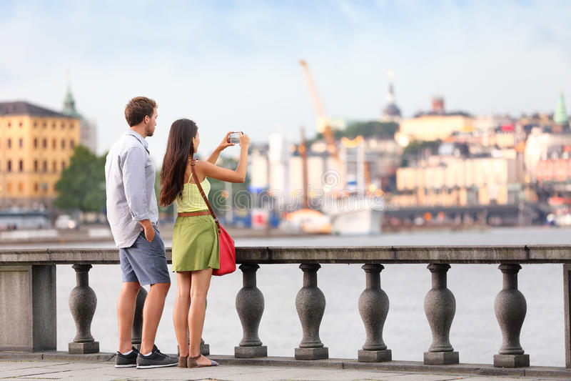 Loppturistfolk som tar foto i Stockholm fotografering för bildbyråer