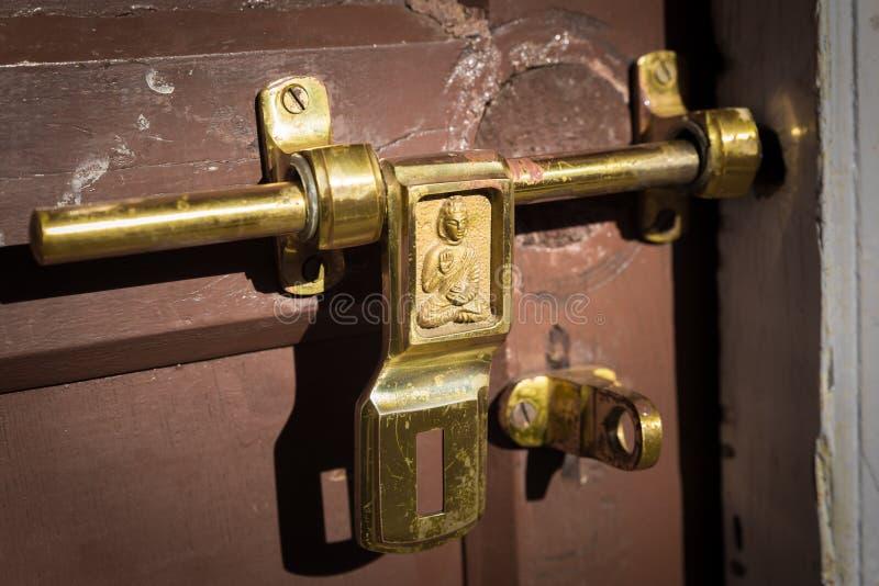 Loquet métallique de boulon de serrure de porte de symbole de Bouddha photo stock