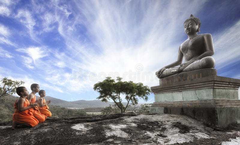 Lord Buddha Day oder Vesak-Tag, buddhistischer Mönch prayin stockfoto