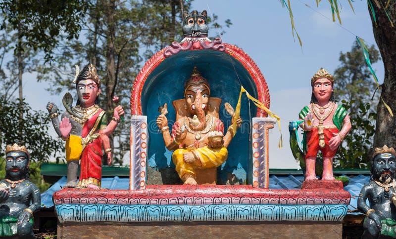 Lord Ganesh colorido en el tejado del templo hindú Decoración del exterior en el estilo primitivo de las ilustraciones religiosas imagen de archivo