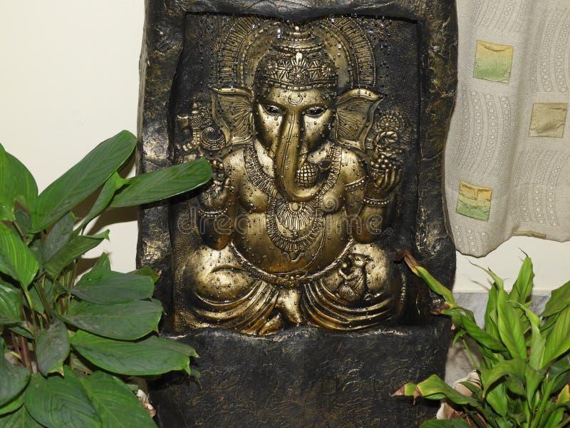 Lord ganesh standbeeld in lopend water royalty-vrije stock fotografie
