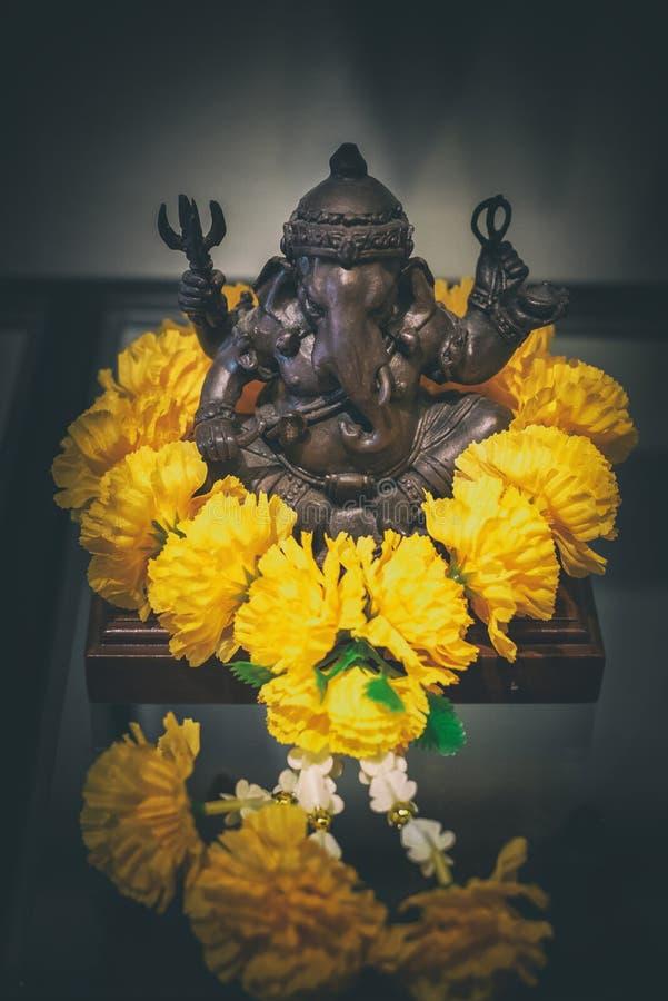 Lord Ganesha com as festões da flor do cravo-de-defunto, deus hindu, chaturthi imagens de stock royalty free