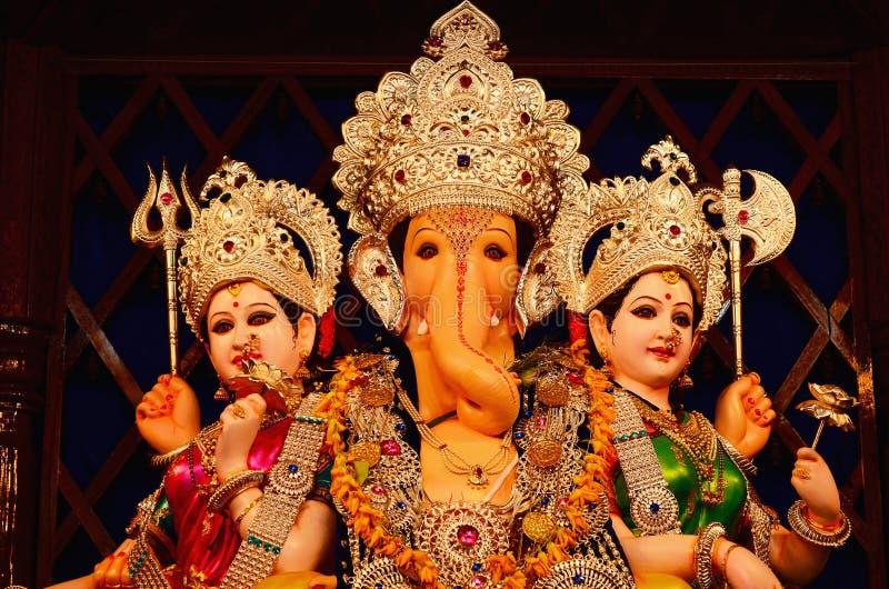 Lord Ganesha mit Rddhi und Siddhi, Vertrauen Nagnathpar Sarvajanik Ganapati Mandal, Pune, Maharashtra, Indien stockfoto