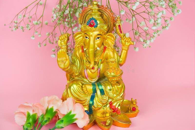 Lord Ganesha-Statuette auf einem vibrierenden rosa Hintergrund stockbild