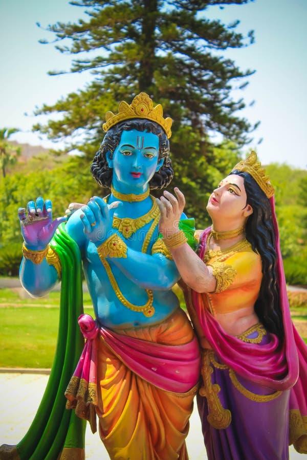 Lord Krishna en Radha Colorful Statue stock foto