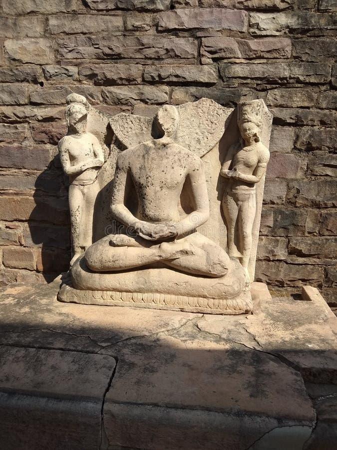 LORDboedha 'S STANDBEELD IN WERELDerfenis SANCHI STUPA DICHTBIJ BHOPAL, INDIA stock foto's