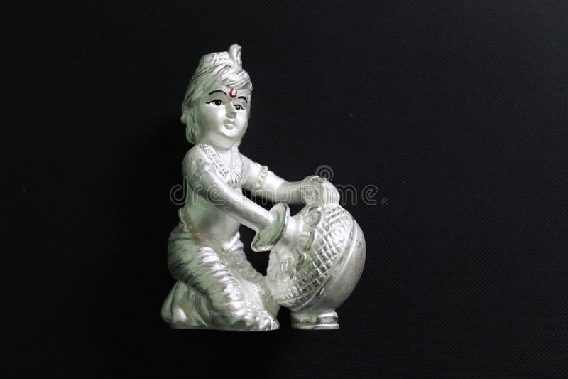 Lordkrishna in zilveren standbeeld wordt gemaakt dat stock fotografie