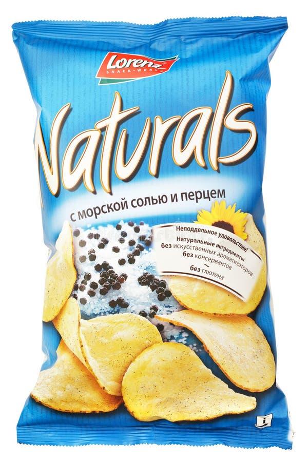 Lorenz Naturals med havet chiper för den salt & pepparpotatisen hänger löst isolerat på vit royaltyfri bild