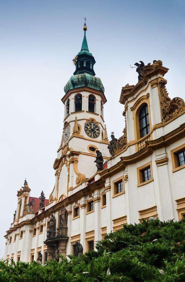 Loreta sanktuarium fasada z baroku wierza, Praga obrazy stock