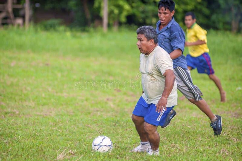 LORETO, ΠΕΡΟΎ - 2 ΙΑΝΟΥΑΡΊΟΥ: Μη αναγνωρισμένοι ντόπιοι που παίζουν το ποδόσφαιρο στοκ εικόνες