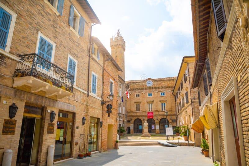 Loreto, Ancona, Itália - 8 05 2018: A rua central Corso Traiano Boccalini da compra conduz à basílica de Santa Casa fotografia de stock royalty free