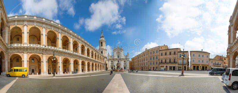 Loreto, Ancona, Italia - 8 05 2018: Panorama del cuadrado de Loreto con el fondo la basílica en día soleado, pórtico a fotos de archivo