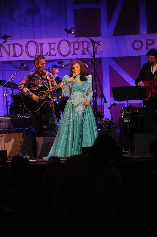 Loretta Lynn die bij het Ryman-Auditorium Oktober 2014 presteren stock afbeelding