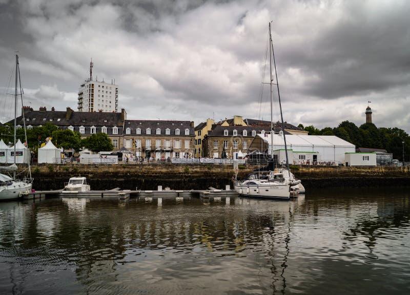 Lorient portkaj med segelbåtar och hus royaltyfri foto