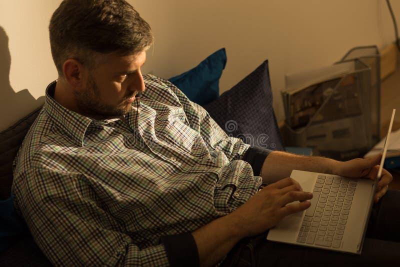 Lorn парень с компьтер-книжкой стоковые фотографии rf