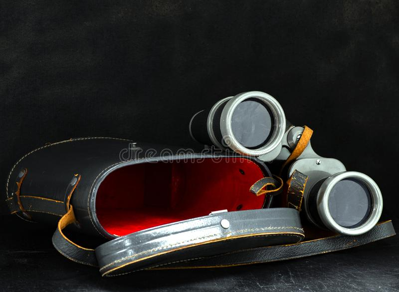 lornetki i ich szare skórzane pudełko na czarnym tle zdjęcie royalty free