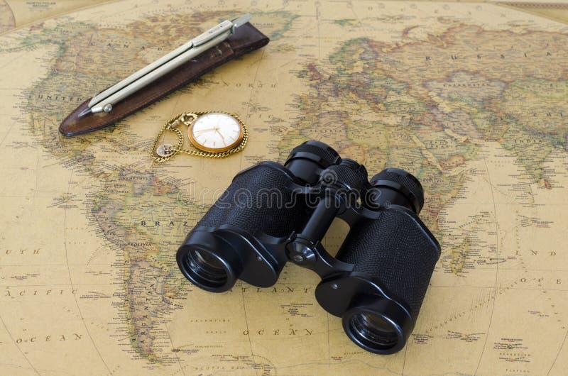 Lornetki na światowej mapie zdjęcie royalty free