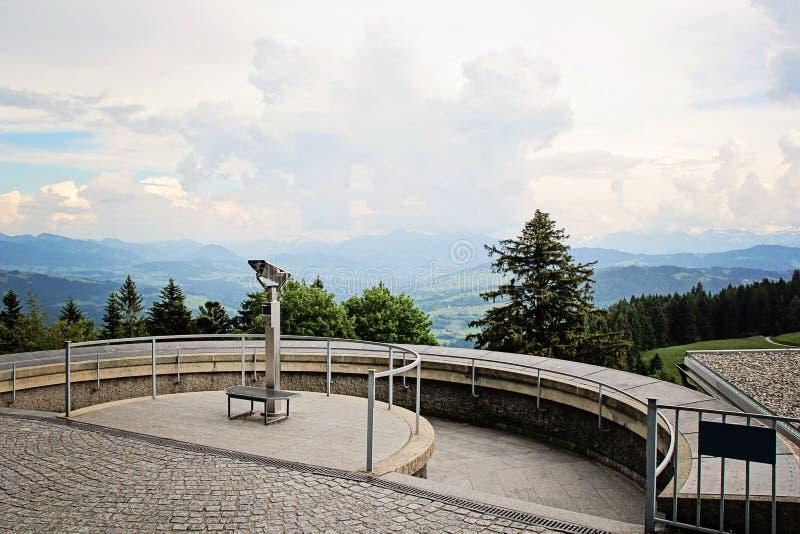 Lornetki przy punktem widzenia Alps Halni fotografia stock