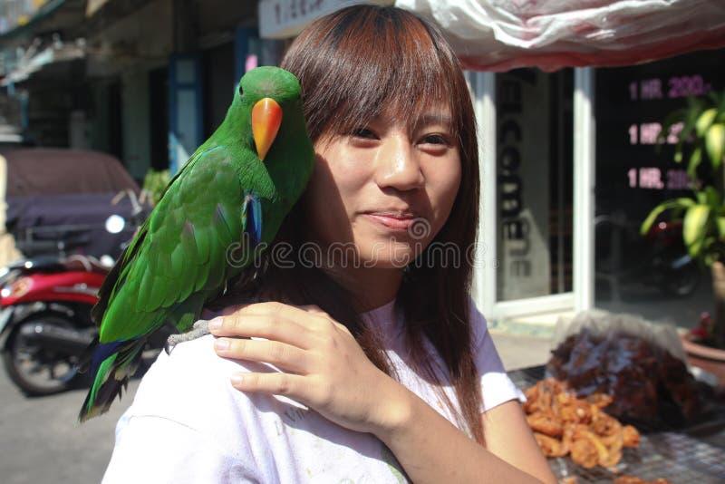 Loro y mujer foto de archivo libre de regalías