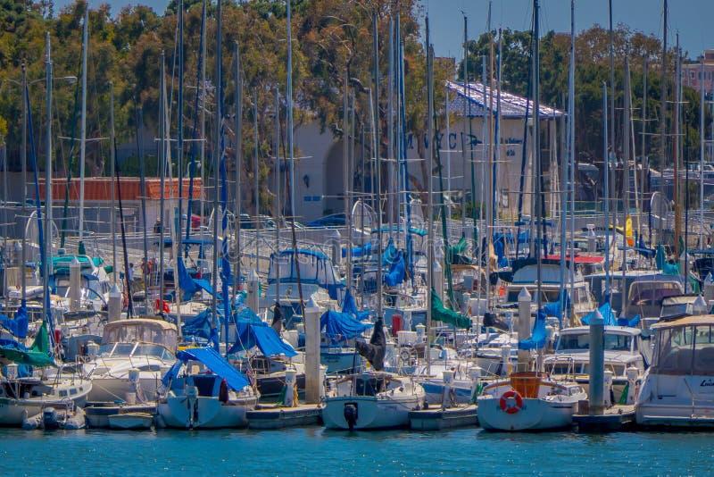 Los Ángeles, California, los E.E.U.U., AGOSTO, 20, 2018: Millares de barcos en las aguas de la playa de Venecia de Marina del Rey imágenes de archivo libres de regalías