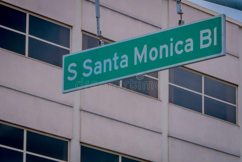 Los Ángeles, California, los E.E.U.U., JUNIO, 15, 2018: Vista al aire libre de la señal de tráfico diseñada verde de Santa Monica fotografía de archivo libre de regalías