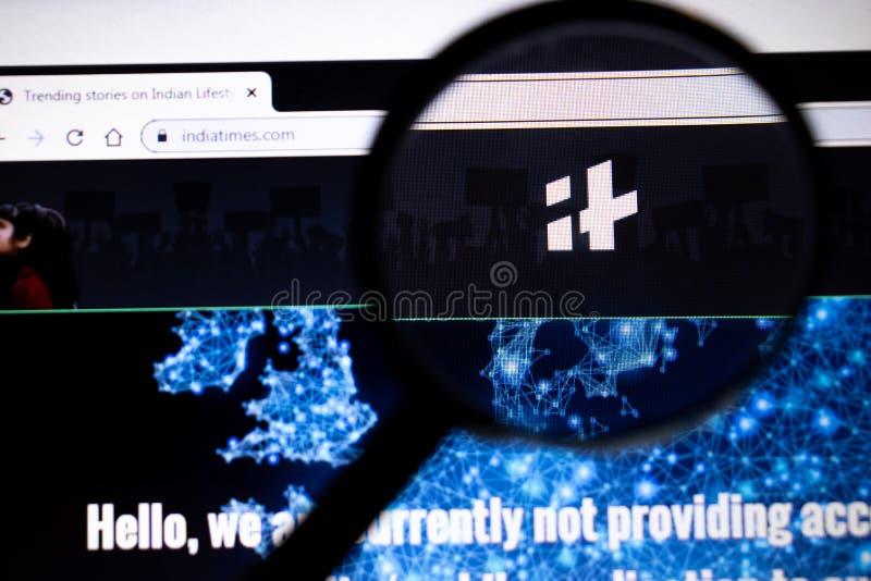 Los Ángeles, California, Estados Unidos - 25 de enero de 2020: Página web de IndiaTimes en el navegador en pantalla portátil para imagen de archivo