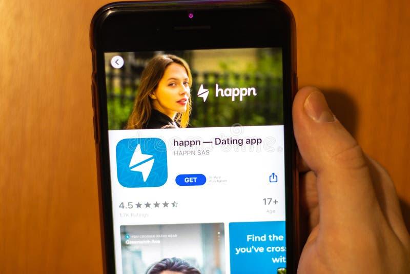 Los Ángeles, California, Estados Unidos - 17 de enero de 2020: Teléfono móvil en mano con el logo de la aplicación Dating feliz e imagen de archivo