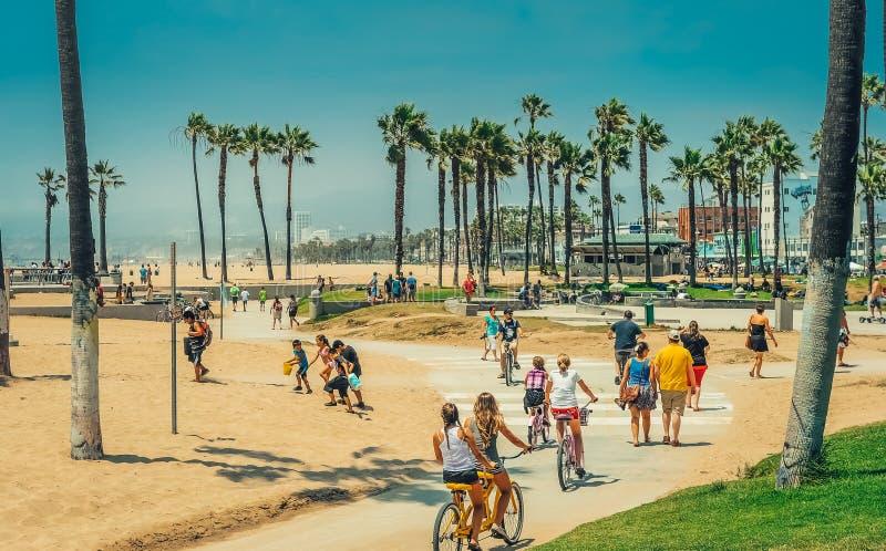 Los Ángeles/California/USA - 07 22 2013: Gente que monta en la bici sobre pista de la bicicleta imagen de archivo libre de regalías