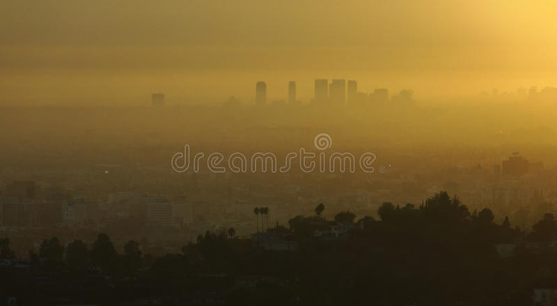 Los Ángeles y niebla con humo en la salida del sol foto de archivo