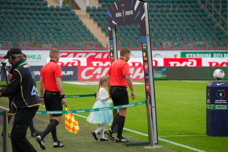 Los árbitros incorporan el campo con los niños fotografía de archivo libre de regalías